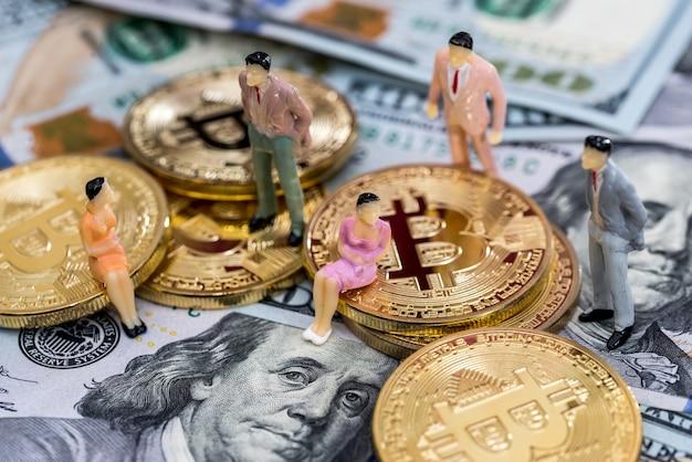 미국 달러 위의 bitcoin에 작은 사람들