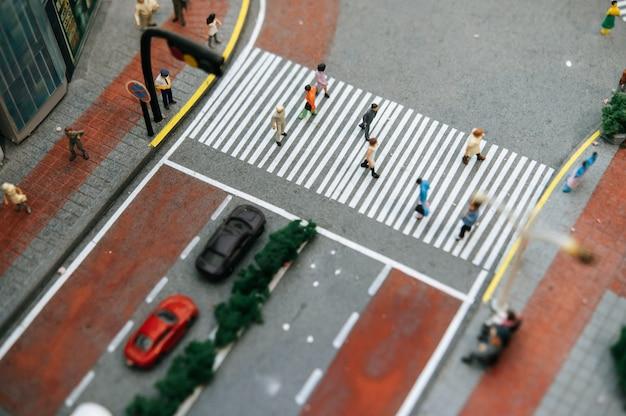 小さな人々または小さな人々は多くの道を歩いています。