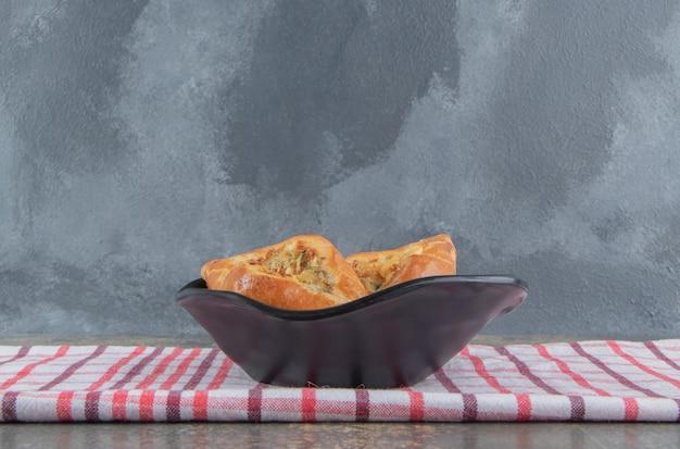 수건에 검은 그릇에 작은 pide 빵