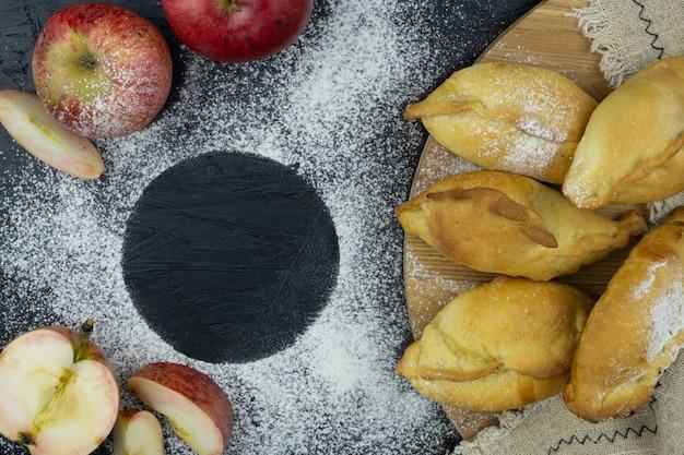 ロシア風のリンゴと小さなパイ。