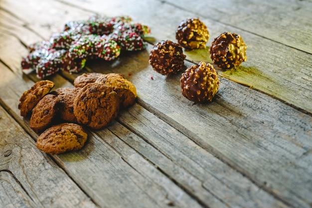 老いた木製の板にチョコレートクッキーの小さな山