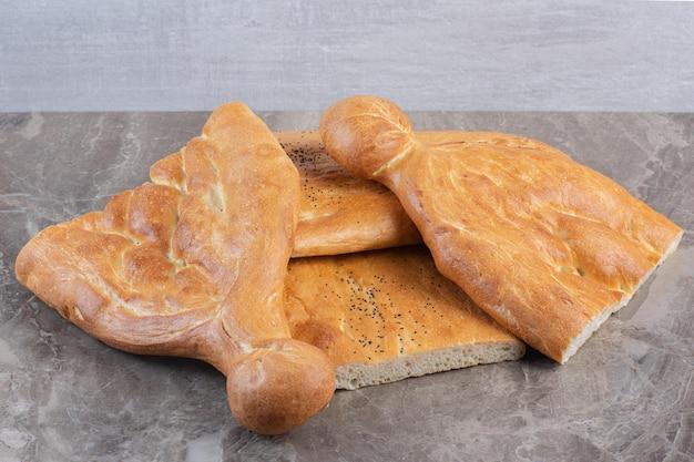 대리석 배경에 반 슬라이스 tandoori 빵의 작은 더미. 고품질 사진