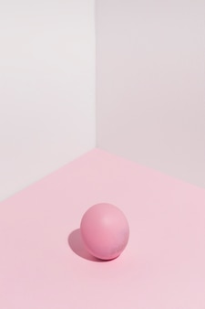 テーブルの上の小さなピンクのイースターエッグ