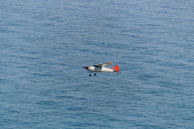 Малый самолет пролетел над пляжем копакабана в рио-де-жанейро.