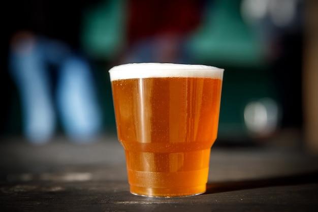 軽いビールと小さなプラスチックガラス。
