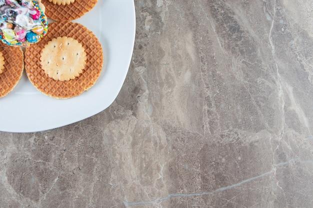 Una piccola porzione di dessert sul piatto, sul marmo.