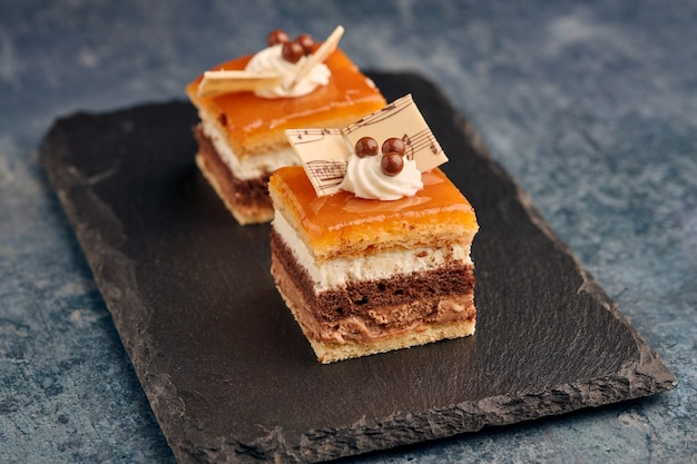 サンマルコスデザートとして知られている典型的なスペインのケーキのごく一部。