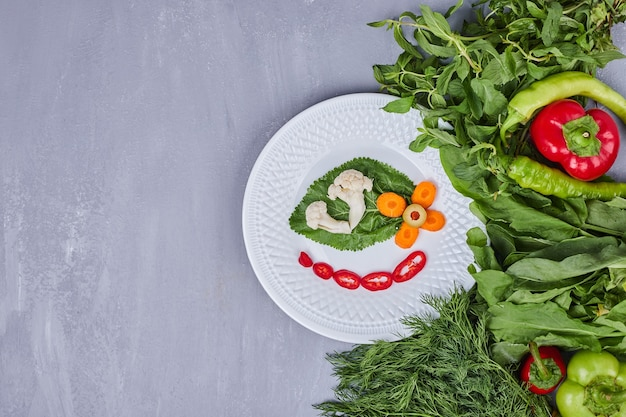 Piccola porzione di insalata con verdure ed erbe aromatiche.