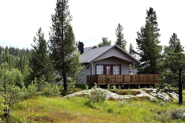 ノルウェー、tuddalgaustatoppenの森にある小さな民家