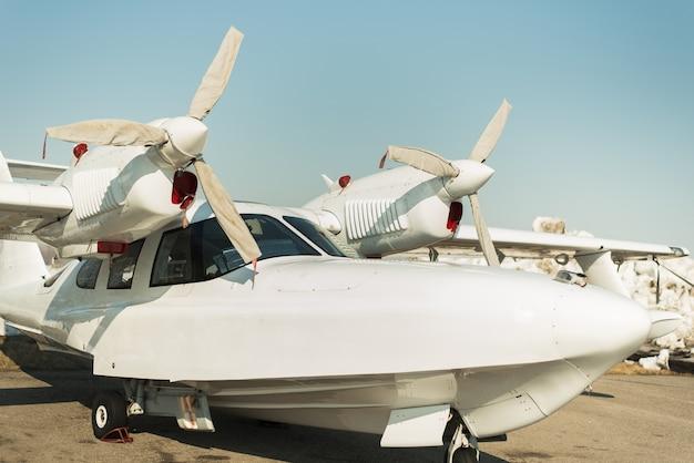 釣りとレクリエーション用の小型プライベート飛行機。