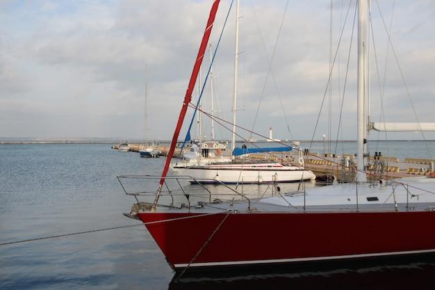 Небольшой частный яхтенный пирс зимой пирс с рядами небольших частных яхт.