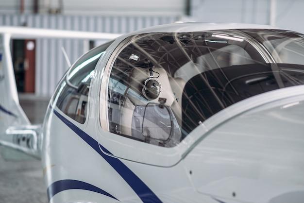 格納庫の小さなプロペラ機、民間航空会社