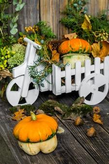 Маленькая тыква на деревянном фоне, осень