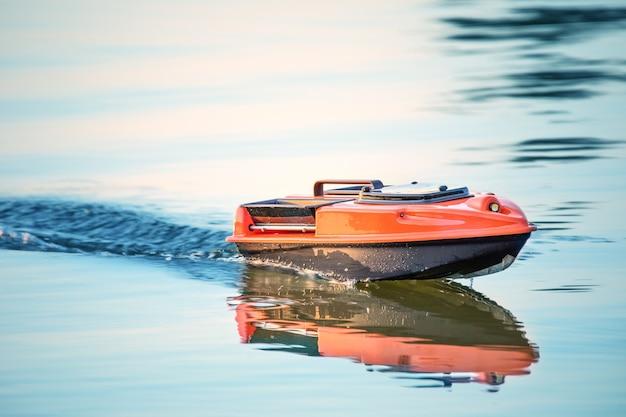 Маленькая радиоуправляемая лодка для рыбалки