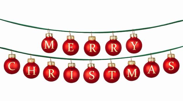 Маленькие красные шары с рождественской надписью висят на зеленой веревке на белом