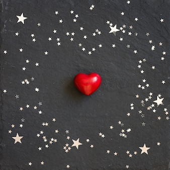 銀の星と黒の背景に小さな赤いハート