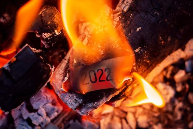 火の中で燃えている碑文と小さな赤い紙