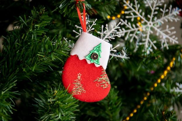 Маленькие красные носочки санты украшенные на елке