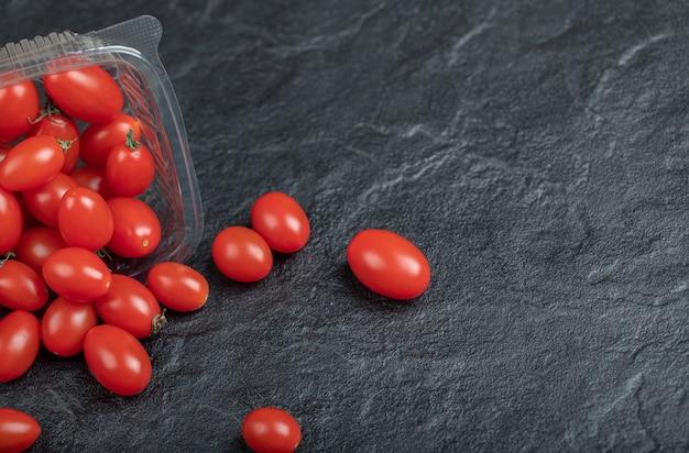 黒の背景に、健康のための小さな赤いトマト。高品質の写真