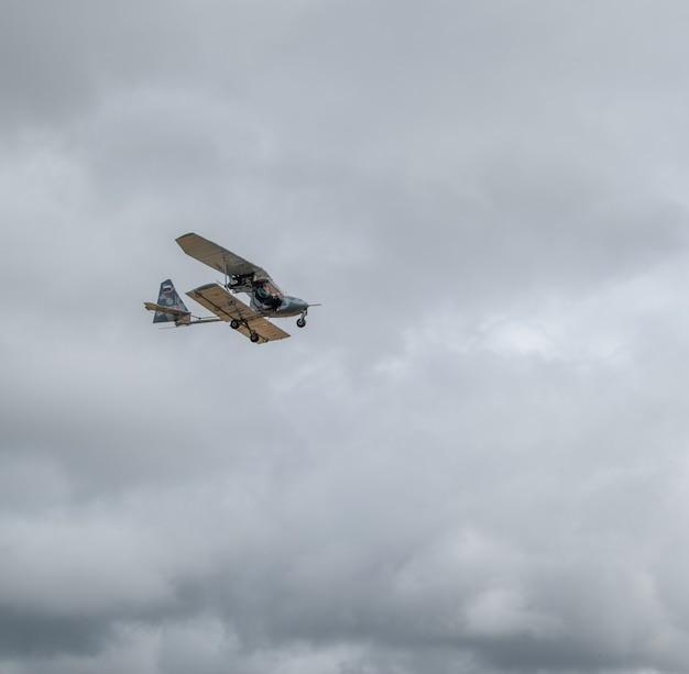작은 복고풍 비행기, 맑고 푸른 하늘