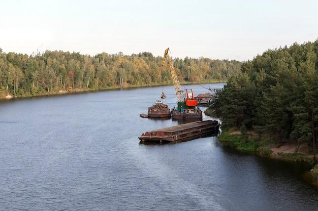 목재가 비어있는 영토의 작은 강 항구. 여름 풍경