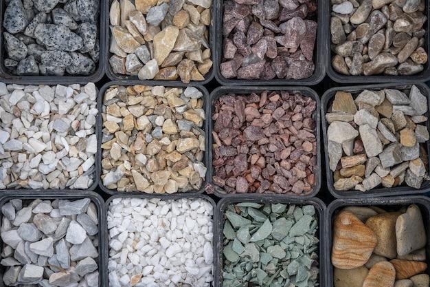 Небольшой дорожный каменный фон, темный гравий, галька, каменная текстура, гранит, мрамор. многие виды гравийной гальки продаются на рынке. крупным планом, вид сверху