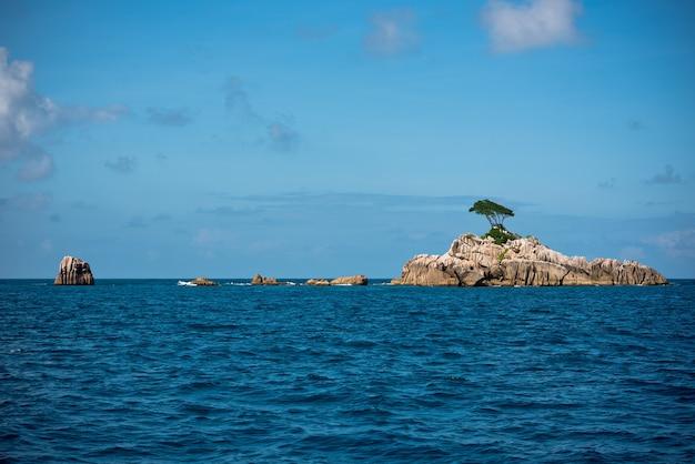 세이셸 근처 인도양에있는 작은 바위 섬