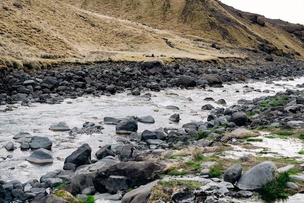 남쪽 아이슬란드에있는 작은 바위 산 강