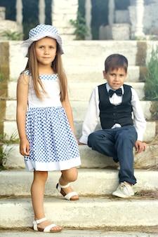 Маленькие романтические дети на лестнице