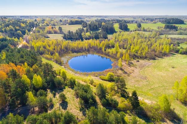 Небольшое круглое озеро в национальном парке браславские озера, беларусь