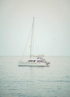 Маленькая парусная лодка на спокойном море