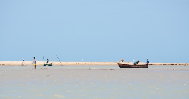 Маленькая рыбацкая лодка в прибрежном пейзаже