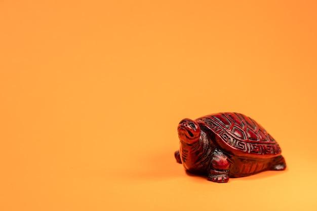 Маленькая скульптура терракотовой африканской черепахи на прогулочном пространстве