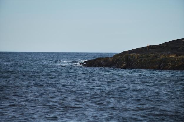 작은 파도가 해안의 돌에 부딪칩니다.