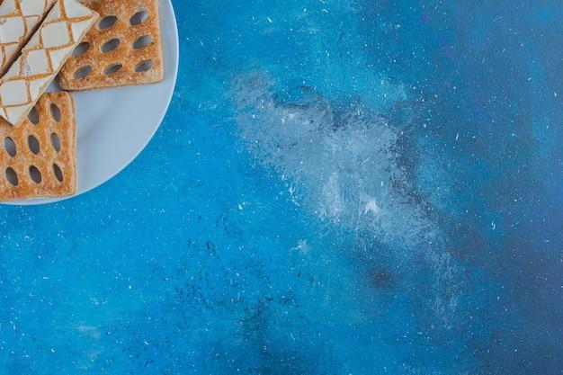 배경에 접시에 쿠키의 작은 봉사. 고품질 사진