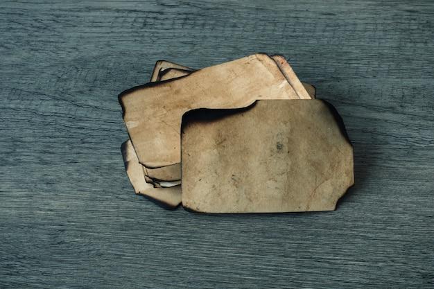 Piccoli fogli di carta bruciata
