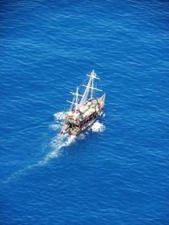 Mediterの青い海の小さな船