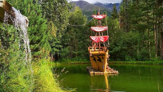 Небольшой корабль на озере
