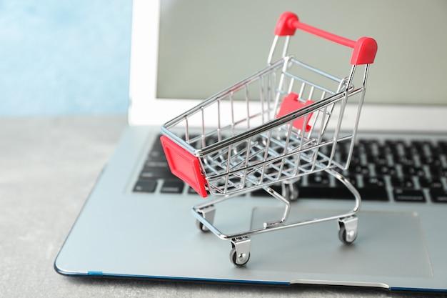 작은 쇼핑 카트 및 노트북 복사 공간