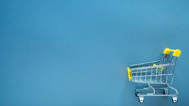 色の小さなショッピングカート。
