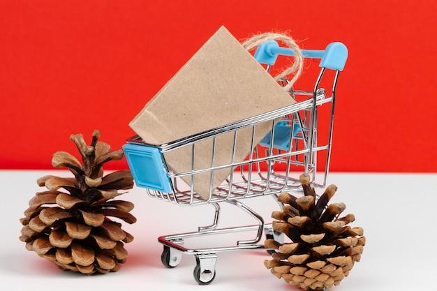 종이 봉투와 함께 작은 쇼핑 카트