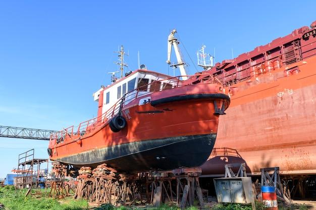 선박 수리 야드에 상륙하는 소형 선박