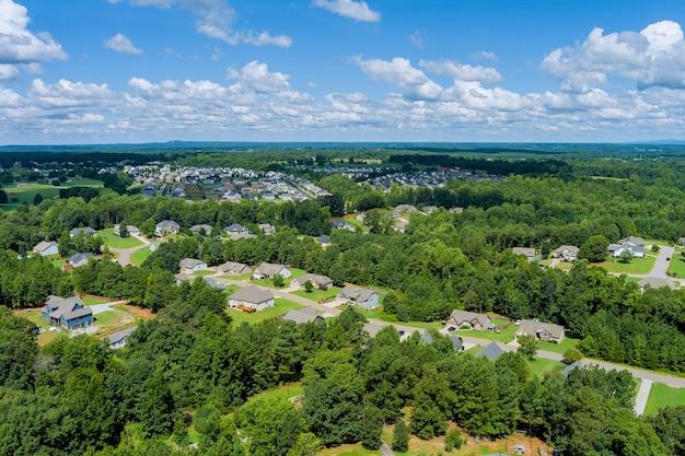 小さなスリーピングエリアの風景ボイリングスプリングスの町は、米国サウスカロライナ州の空中写真の上にある家々に屋根を付けています