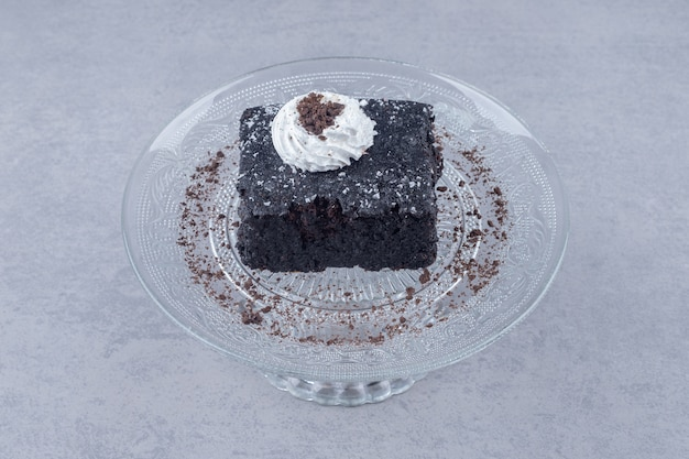 大理石のガラスの大皿にチョコレートケーキの小さなスライス