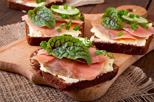 Небольшие закуски бутерброды с соленым лососем