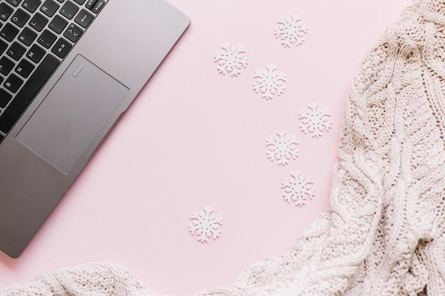 Piccoli fiocchi di neve con il computer portatile sul tavolo