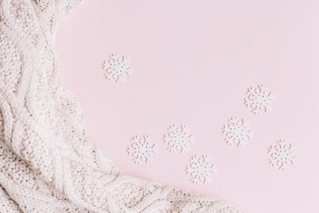 Piccoli fiocchi di neve con una leggera sciarpa