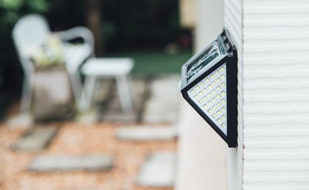 Небольшой светодиодный светильник с солнечной батареей и датчиком движения.