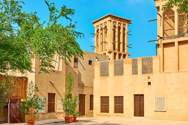 Маленькая площадь в историческом районе аль-фахиди в дубае, объединенные арабские эмираты (оаэ)