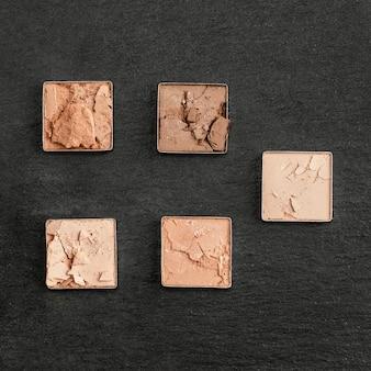 Piccoli quadrati di polvere pigmentata
